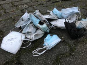 Auf der Wanderung eingesammelter Masken-Müll