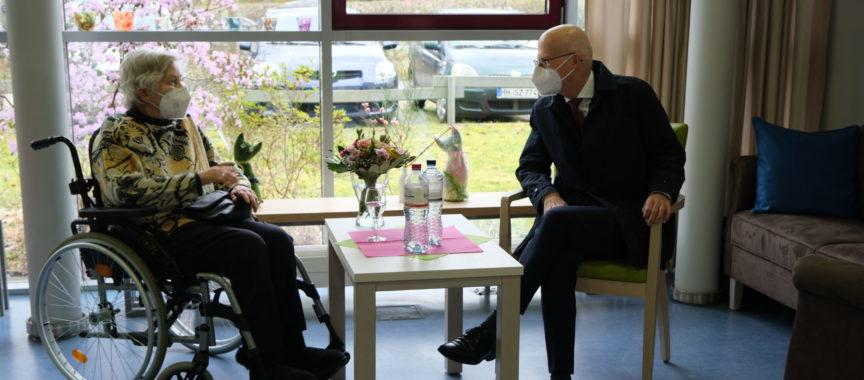 Bürgermeister Peter Tschentscher im Gespräch mit Karin Sievers, Hamburgs erstem Impfling, Karin Sievers