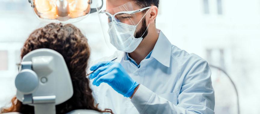 Zahnarzt behandelt Patientin