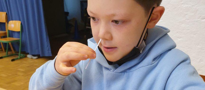 """Tapfer beim """"Nase- bohren"""" für den Corona Schnelltest: Zion Lang aus der Klasse 3d."""