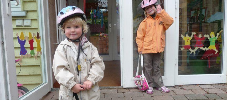 Zwei Kinder stehen vor der geöffneten Kindergarten-Tür