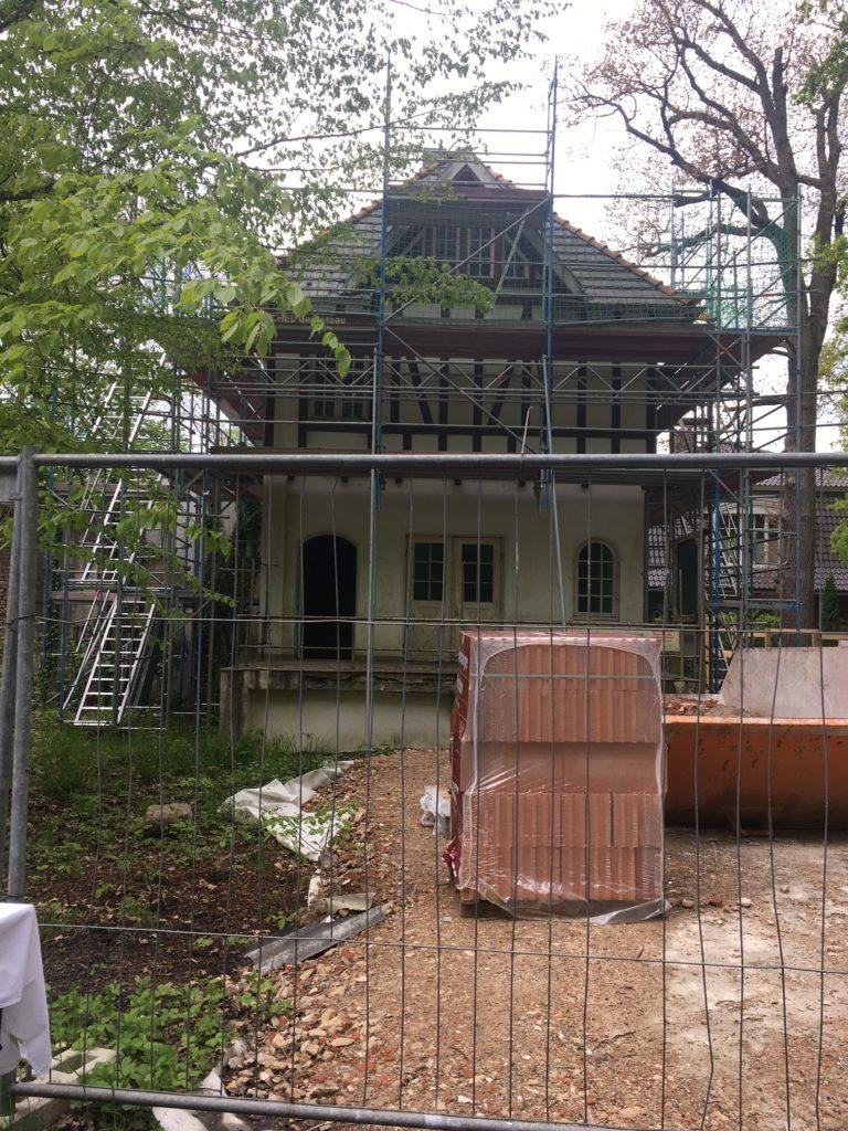 Das ehemalige Güterabfertigungsgebäude am Rande des Wohldorfer Walds bekommt demnächst einen neuen Dachstuhl