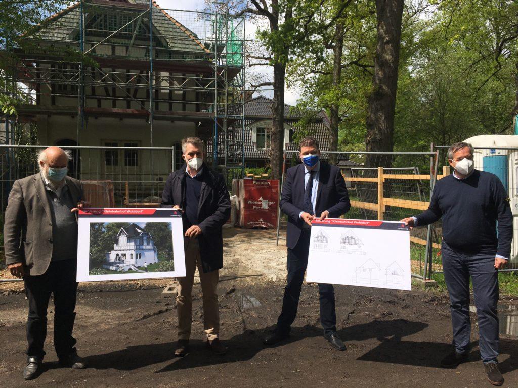 Vor dem sanierungsbedürftigen Denkmal präsentieren (v.l.) der Vereinsvorsitzender Dr. Harald Elsner, Architekt Jan Ihns, Dr. Andreas Dressel und Jan Zunke von der Sprinkenhof GmbH die Planung