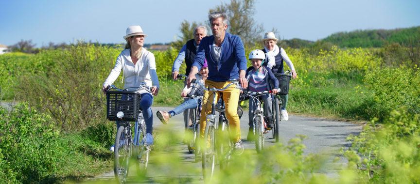 Familie fährt auf Fahrrädern, Duvenstedt erleben