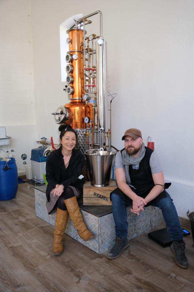 Yuka Suzuki und Hauke Günther vor ihrer Destillieranlage