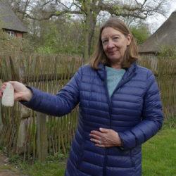 Ausstellungsorganisatorin Karina Beuck zeigt ein Steinbeil aus der Jungsteinzeit.