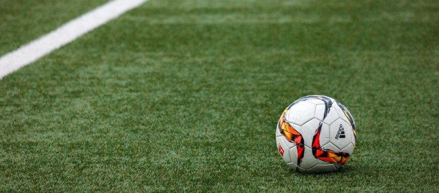 Fussball liegt auf Kunstrasen-Platz_pixabay