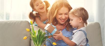 Muttertag, Mutter wird von ihren zwei Kindern beschenkt