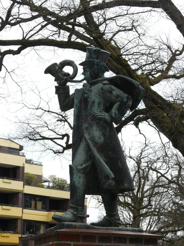 Postillon Figur vor der Post-Filiale Volksdorf