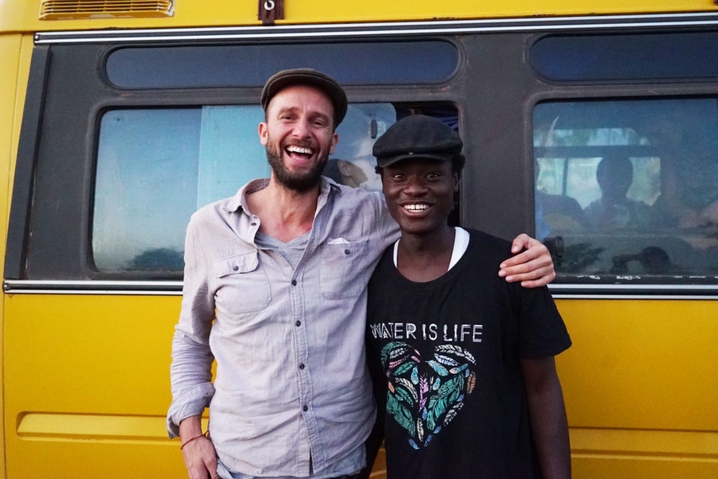 Beste Freunde: Ezé Wendtoin mit Filmregisseur Christian Suhr aus Volksdorf. Foto: Christian Suhr