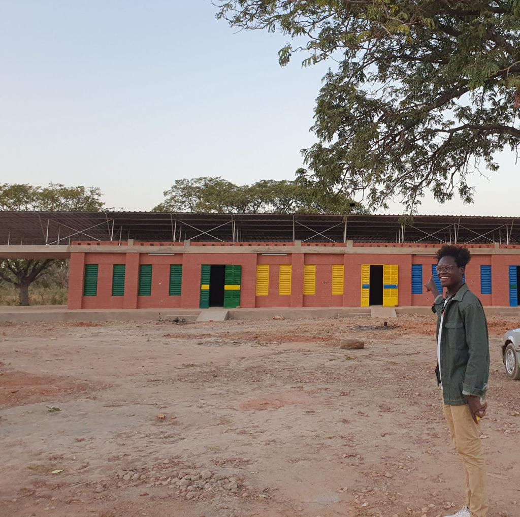 Schule_BurkinaFaso_Eze vor dem Schulzentrum