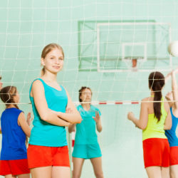 Mädchen Manschaft Volleyball in der Halle adobestock