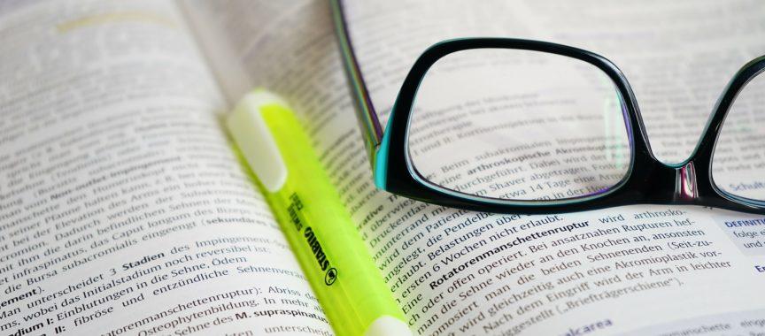 Buch, Brille, Marker zur Weiterbildung