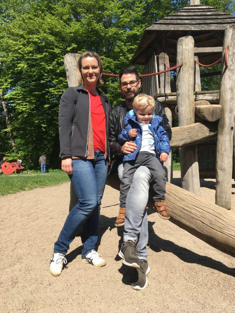 Miriam Heun mit Familie auf dem Spielplatz im Rodenbeker Quellental