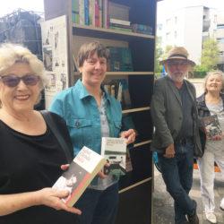 """Beate Axt, Hilke Bleeken, Jürgen Kruse und Nachbarin Renate Köppe freuen sich über den neuen """"Büchertauschturm"""" am Norbert-Schmid-Platz."""