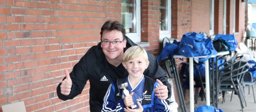 Fußballtrainer Torsten Laabs (links) freut sich über die strahlenden Gesichter seiner F-Jugendmannschaft. Ab sofort treffen sich die 9- und 10-Jährigen wieder regelmäßig mit allen Spielern zum Mannschaftstraining.