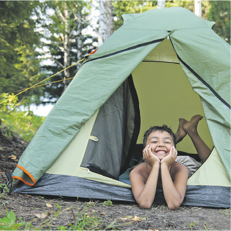 Junge schaut aus offenem Zelt heraus