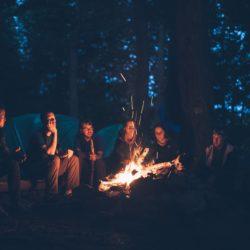 Jugendliche sitzen um Lagerfeuer, Jugendzentrum Manna