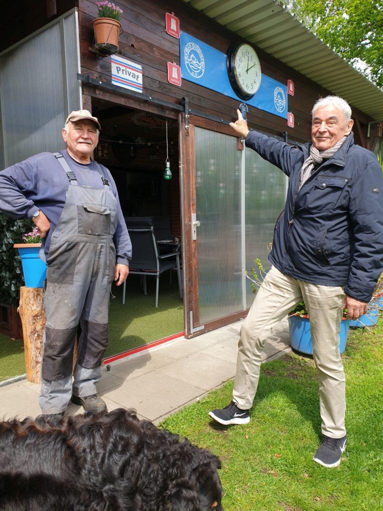 Freibad Duvenstedt Die Uhr tickt: Die Vorstände Claus Ludat (re) und Ewald Pump haben in den letzten Tagen vor der Saisoneröffnung noch alle Hände voll zu tun.