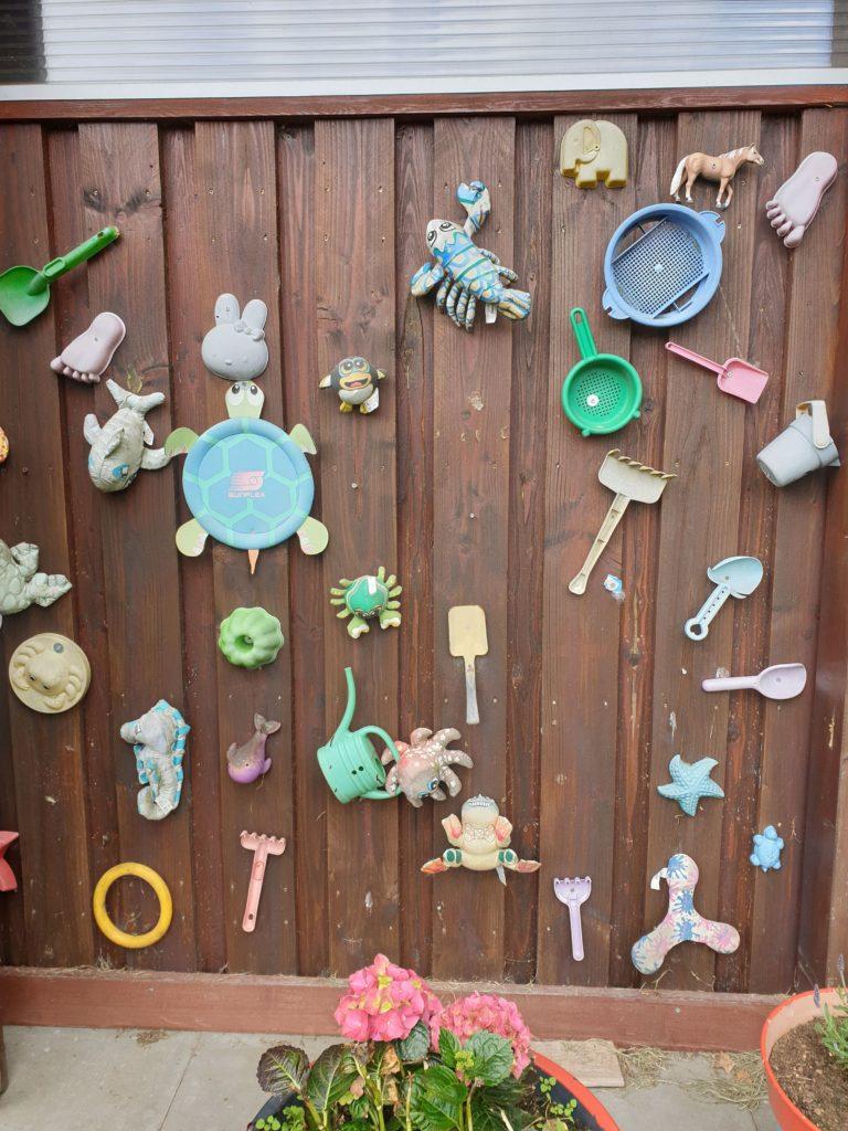 Freibad Duvenstedt Fundsachen: vergessenes Spielzeug schraubt Ewald Pump an die Wand. Foto: Matthias Damm