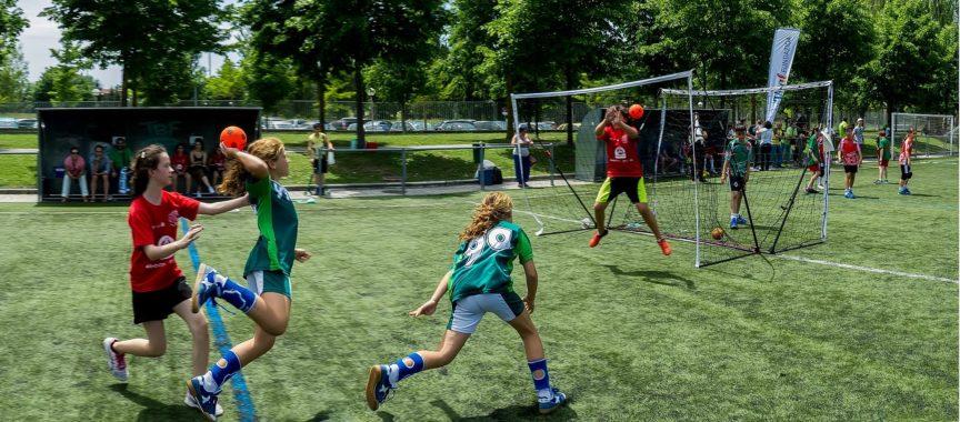 Handball Kids spielen draußen