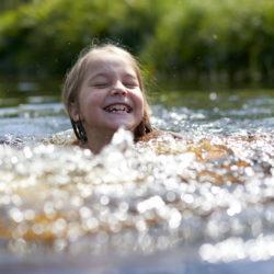 Kind schwimmt im Naturteich wie Volksdorfer Naturbad
