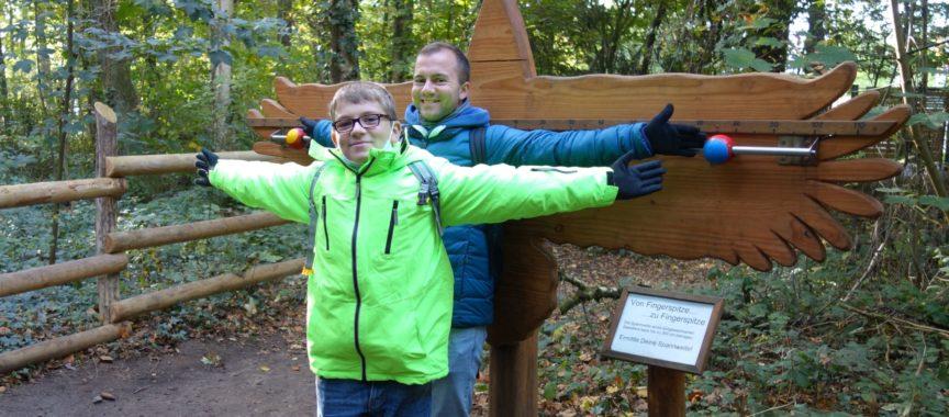 Mentor Vicco und Schüler Yannik sind gern gemeinsam draußen, wie hier im Wildpark Eekholt