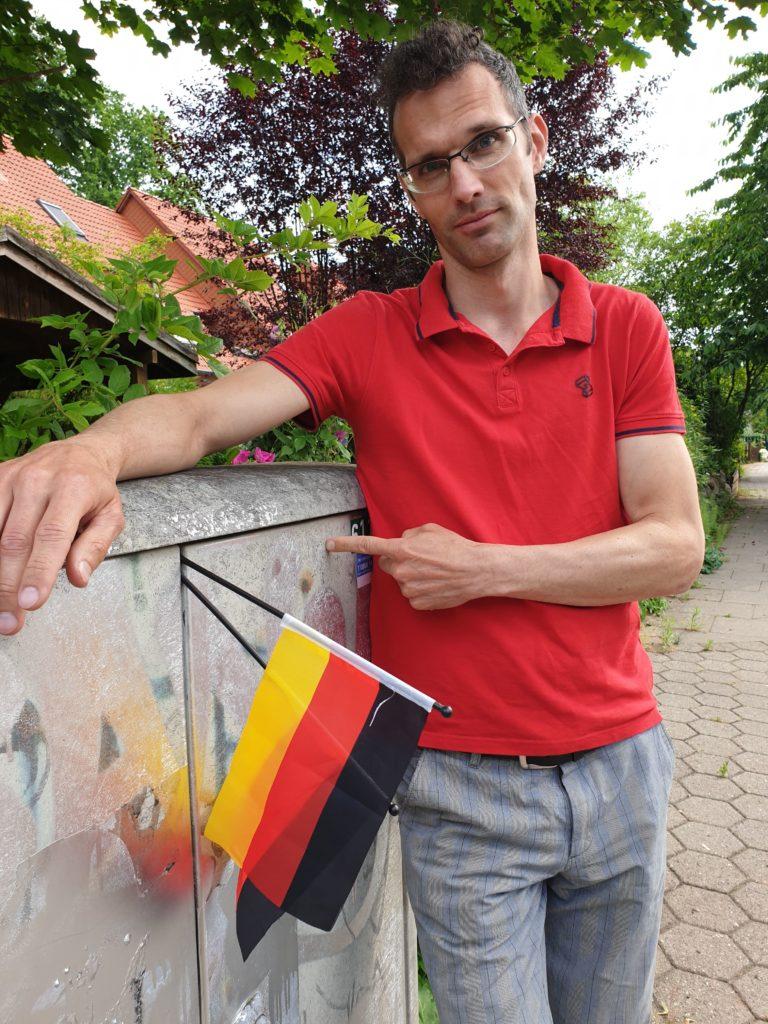 Robert Neumann aus Volksdorf vor dem von Ameisen während der Fußball-EM lahmgelegten Verteilerkasten