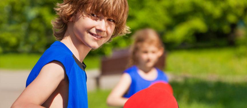Tischtennis spielende Kinder