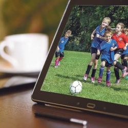 digital-marketing, Fußball-Kids auf Laptop-Bildschirm