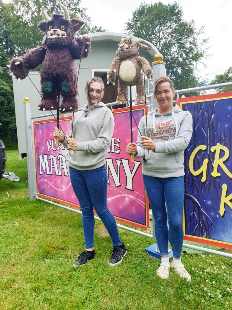 Monique Maatz r und Schwiegertochter Lisa Sperlich vom Figurentheater Maatzony. Foto: Matthias Damm