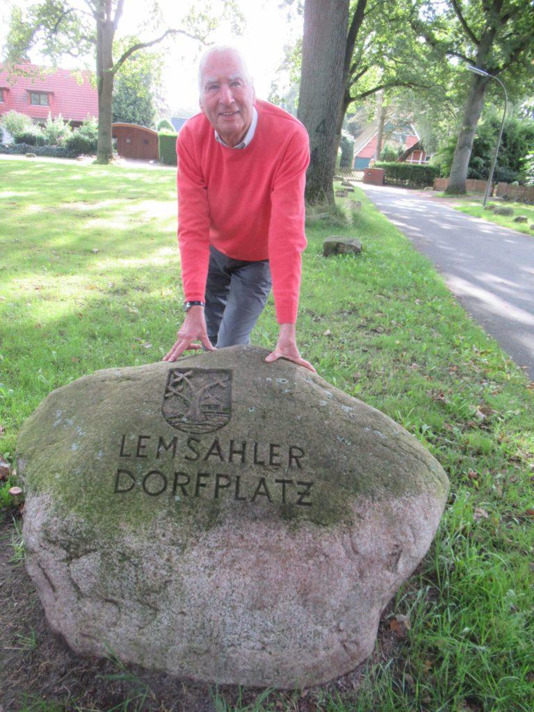 Hans-Jürgen von Appen steht am Stein