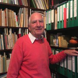 Hans-Jürgen von Appen steht im Archiv von Lemsahl-Mellingstedt