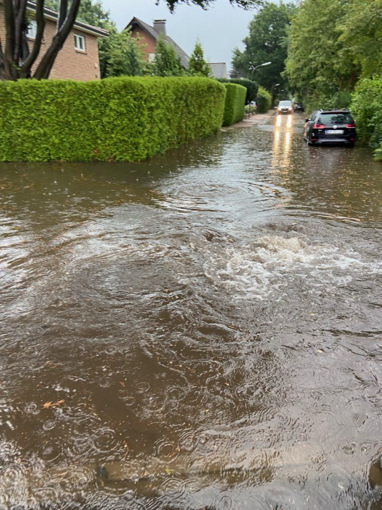 Wasser sprudelt aus dem Gully in Sasel