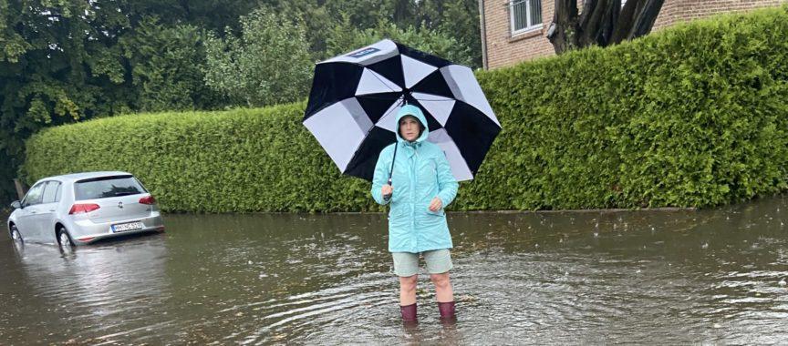 Überschwemmte Straße in Sasel