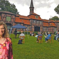 Julia Barthe (56), erste Vorsitzende des Bürgervereins Wellingsbüttel, vor dem Torhaus.