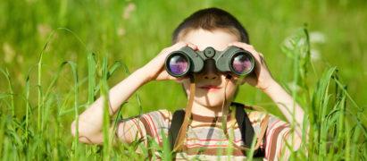 Kind sucht im Gras