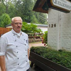 Fred Hildebrandt steht neben dem Restaurant