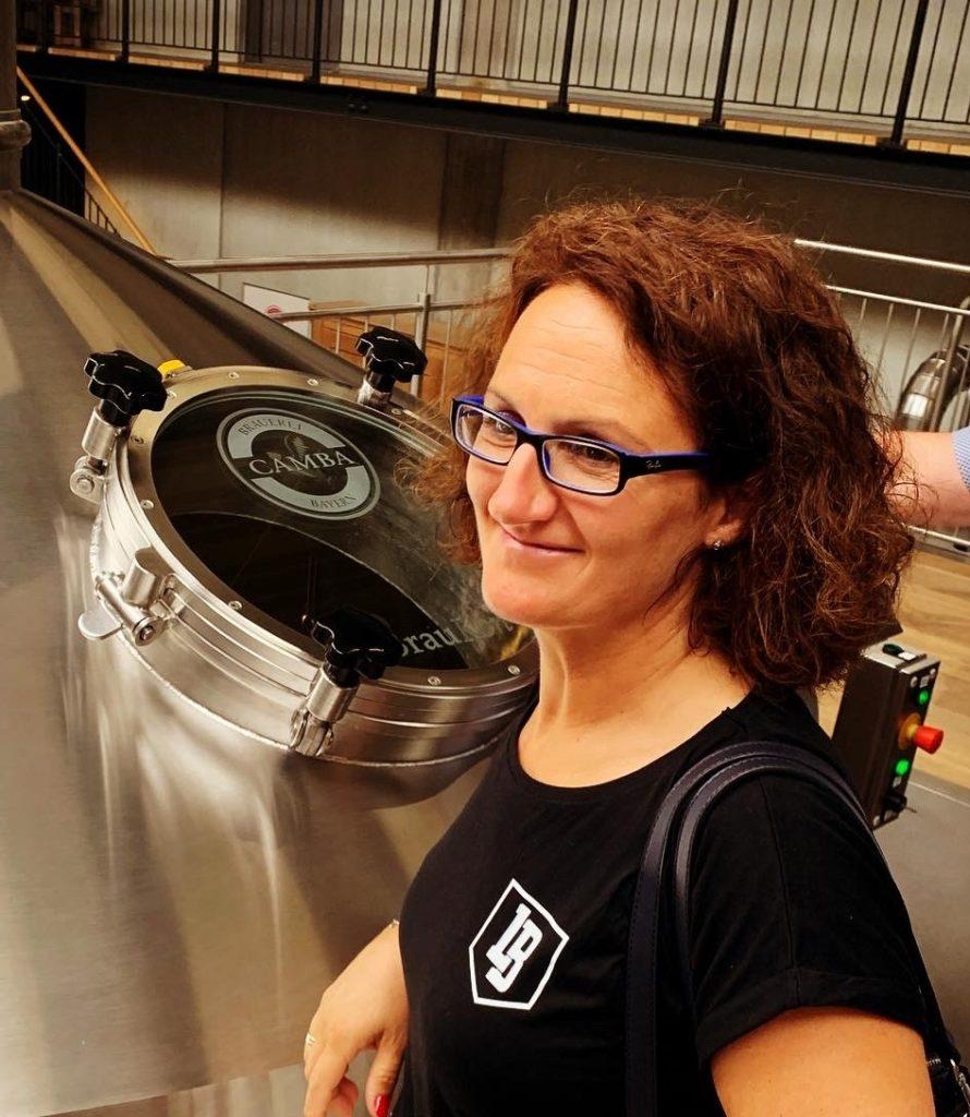 Yvonne Schlosser vor einer Braumaschine