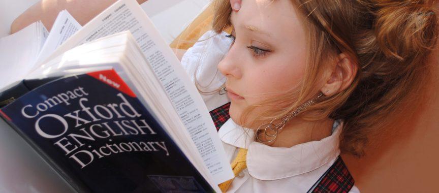 Schülerin lernt Vokabeln